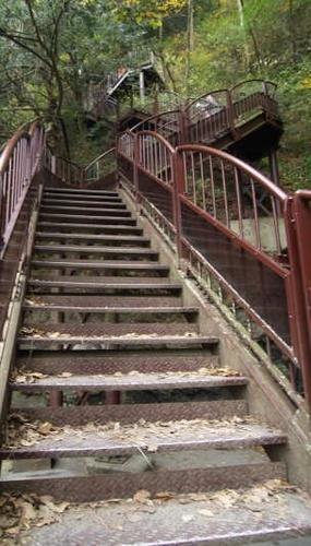 滝脇の階段.jpg